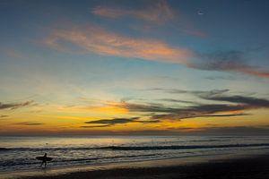 Surfen na zonsondergang, Costa Rica van Nick Hartemink