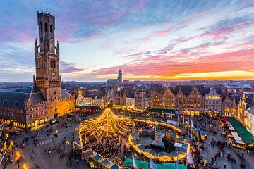Markt in Brügge, Belgien, während der Weihnachtszeit von Nele Mispelon