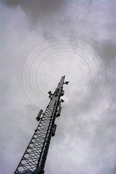 Dunkles Wetter über Mobilfunkmast von Peter Hermus