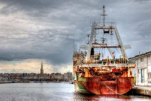 Vistrawler in de haven van Saint-Malo van