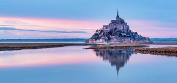 De Mont Saint-Michel, in Frankrijk, bij ochtendlicht. van Erik Wardekker