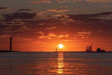 Zomer 2020. Verkoeling zoeken aan zee en dan een mooie zonsondergang meemaken. van Jaap van den Berg