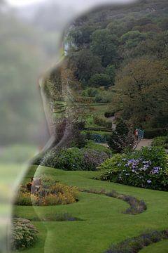 Vrouw in landschap van Cor Heijnen