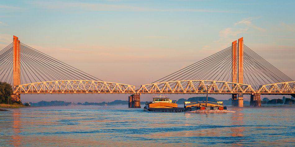 Panorama: Schip op de Waal van John Verbruggen