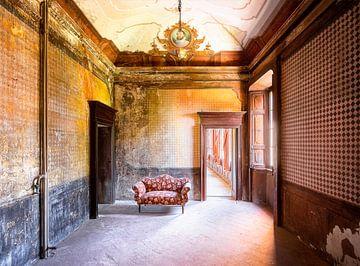 Sofa in stillgelegter Kammer. von Roman Robroek
