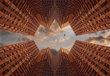 Orange Türme mit bewölktem Himmel und Vogel. von Marcel van Balken