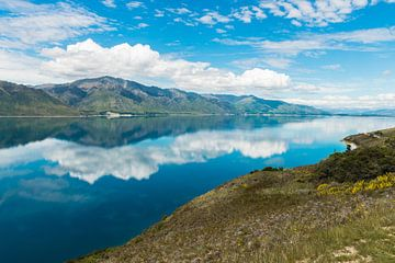 Weerspiegeling in Lake Hawea, Nieuw-Zeeland van Linda Schouw