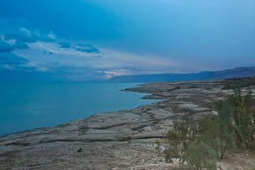 dode zee in de winter. Sombere wolken boven de dode zee... van Michael Semenov
