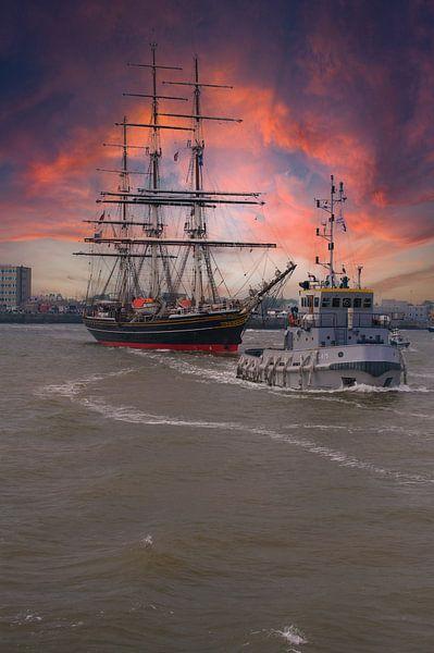 Koninklijk Jacht de Amsterdam bij avondlicht. van Brian Morgan