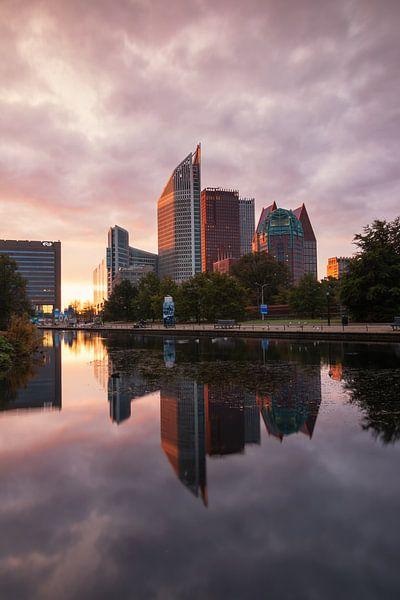 Skyline van Den Haag bij zonsopkomst van Ilya Korzelius