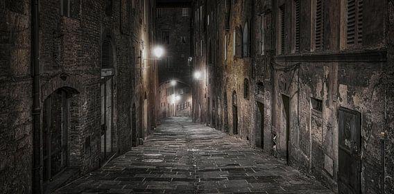 Een donkere steeg in Sienna, Italië bij nacht