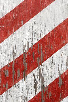 Verweerde rood en wit gestreepte oude planken van