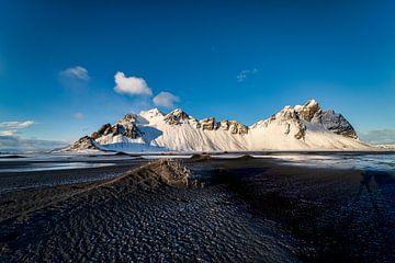 Vestrahorn in winterlicher Umgebung in Stokksnes, Island von Henry Oude Egberink