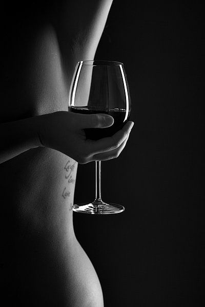 Woman body lines with a glas of wine in black and white van Leo van Valkenburg