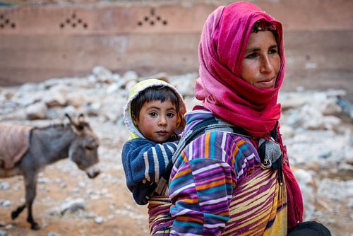 Portret Berber moeder en zoon in Marokko