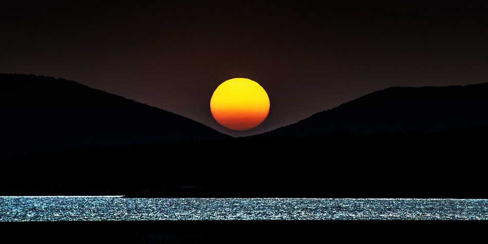 Minimalistische zonsondergang bij de baai van Alghero, Sardinië, Italië.