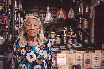 Portrait einer alten Frau auf Markt in China von Geja Kuiken