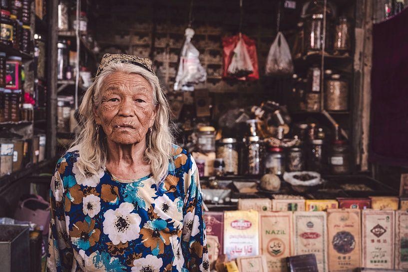 Portret van een oude vrouw op markt in China van Geja Kuiken