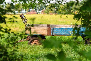 Alter Bauernhofanhänger steht verlassen auf einem Feld von Matthias Korn