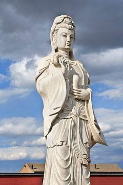 Witte sculptuur van Boeddhistische bodhisattva Guanyin Pusa van Tony Vingerhoets