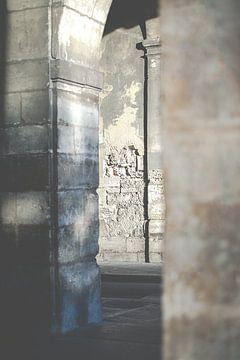 stenen  muren doorgang in Parijs van Celisze. Photography