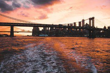 Spectaculaire rode oranje zonsondergang boven Brooklyn Bridge, New York van Michiel Dros