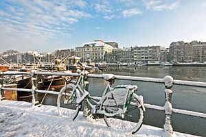 Besneeuwd Amsterdam aan de Amstel in Nederland in de winter