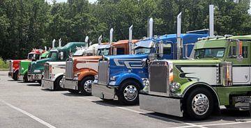 Amerikaanse vrachtauto's op een rij van Ramon Berk