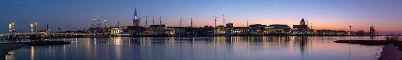 Panorama van Kampen gedurende zonsondergang met de IJssel. van Daan Kloeg