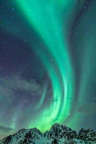 Noorderlicht boven de besneeuwde bergtoppen op de Lofoten in Noord-Noorwegen