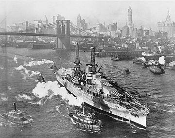 Oorlogsschip USS ARIZONA aan de oostelijke rivier in de stad New York van Atelier Liesjes