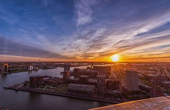 Stadsgezicht van Rotterdam bij zonsondergang vanaf de Euromast