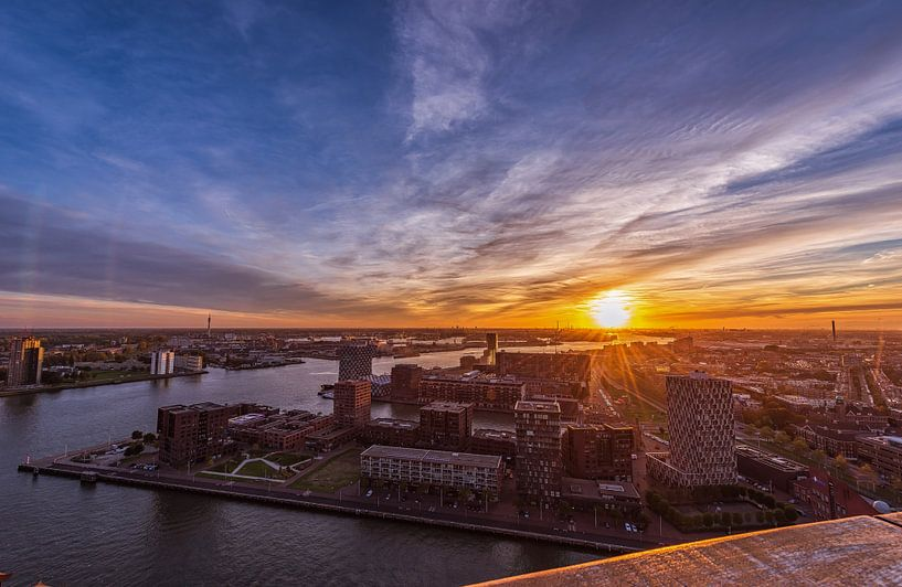 Stadsgezicht van Rotterdam bij zonsondergang vanaf de Euromast van Gea Gaetani d'Aragona