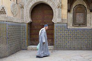 man wandelt voor moskee