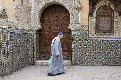 man wandelt voor moskee von Antwan Janssen