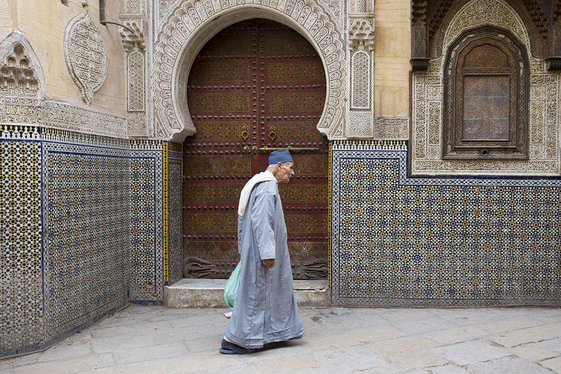 man wandelt voor moskee van Antwan Janssen