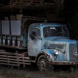 Oldtimer mercedes benz truck in een vervallen schuur. van Paul Wendels