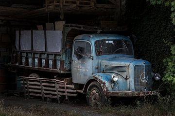 Oldtimer Mercedes Benz Truck in einem verfallenen Schuppen.