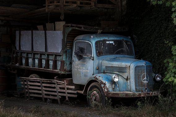 Oldtimer mercedes benz truck in een vervallen schuur.