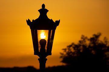 Lantaarn bij zonsondergang van Connie Posthuma
