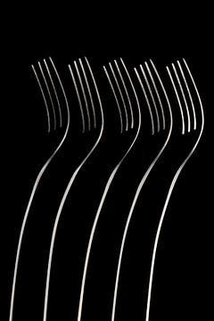 Abstrakte künstlerische Fotografie von Besteck, wobei fünf stehende Gabeln in einem dunklen Feld Ano von Tonko Oosterink