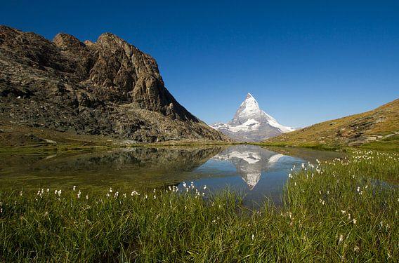 De Matterhorn spiegelend in de Riffelsee in het prachtige Zwitserland