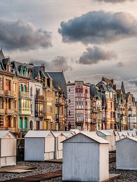 Fin De Siecle huizenrij in Mers Les Bains, Picardie, Frankrijk. van Harrie Muis