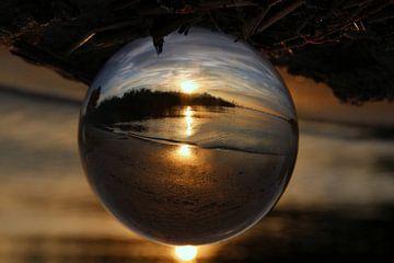 Zonsondergang gevangen in de bol. van Fotografie Sybrandy