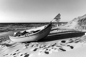 Einsames Boot am Strand (schwarzweiß).