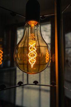 Schöne gelbe Lampe mit dunkler Atmosphäre