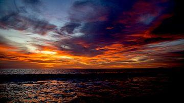 Ein wunderschöner Wolkenhimmel voller Farben zum Zeitpunkt des Sonnenuntergangs am Strand von Bonair von Studio de Waay