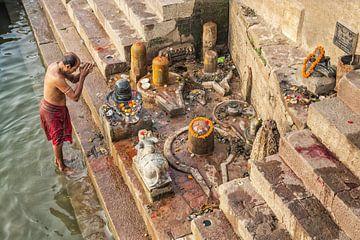 man offert eten aan de Ganges als onderdeel van een ochtendgebedritueel aan de Ganges rivier Ghat in van Tjeerd Kruse