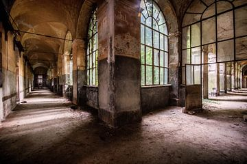 De grote gangen in een verlaten ziekenhuis van Aurelie Vandermeren
