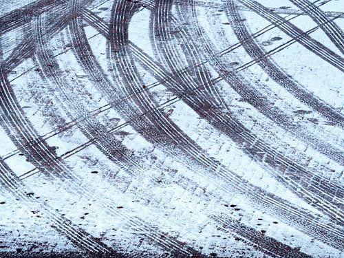 Mikado van sporen in de sneeuw